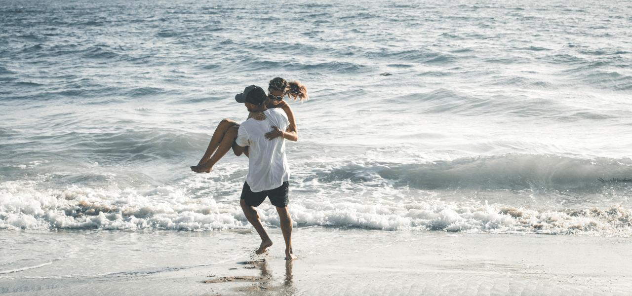 海ではしゃぐカップル
