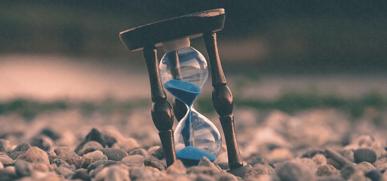 残り時間が少ない様子を示す砂時計