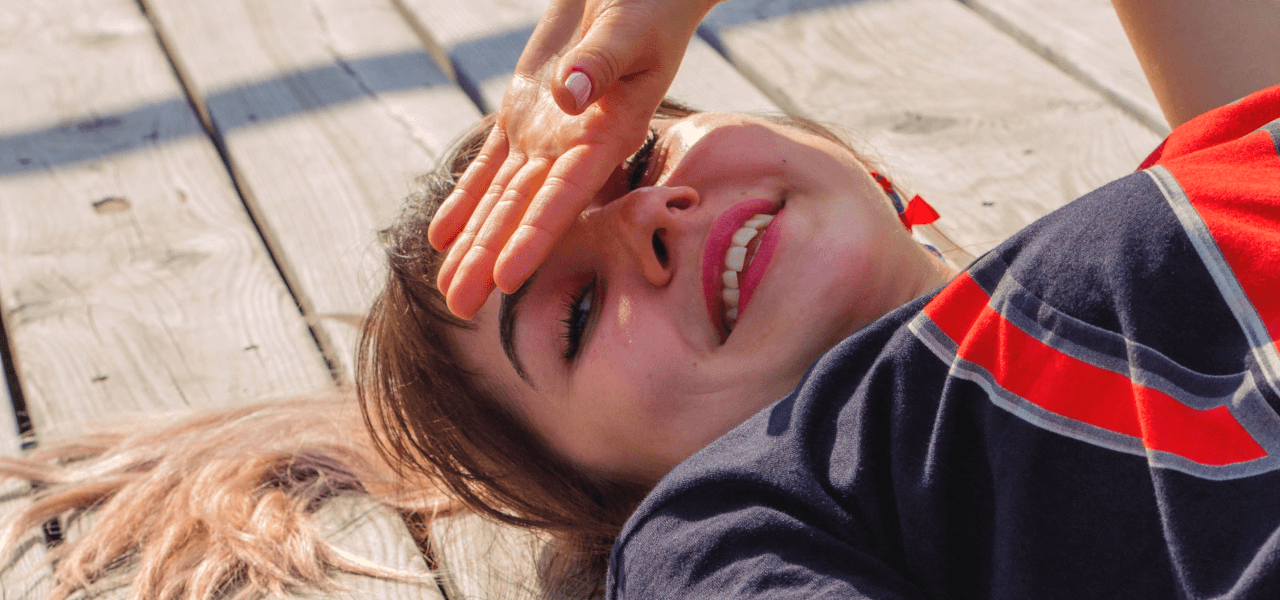 笑顔で寝転ぶ留学生女性