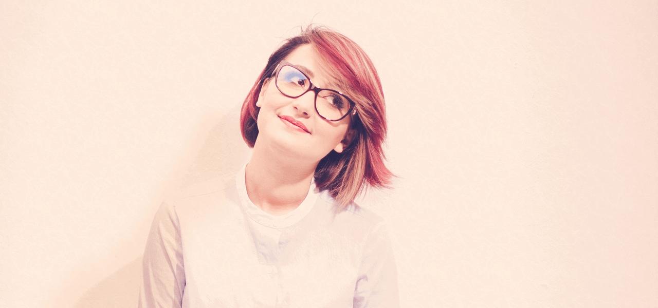 めがねをかけている留学生の女の子