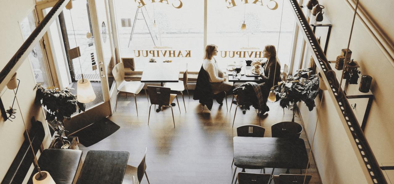 カフェで留学について話し合う学生