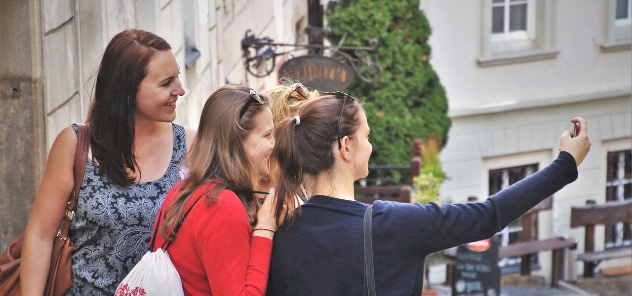 海外の街でセルフィーを撮る留学生