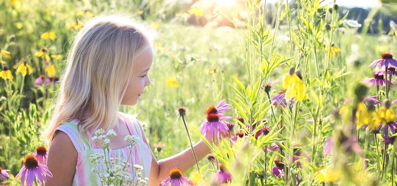 花畑にいる外国人の女の子