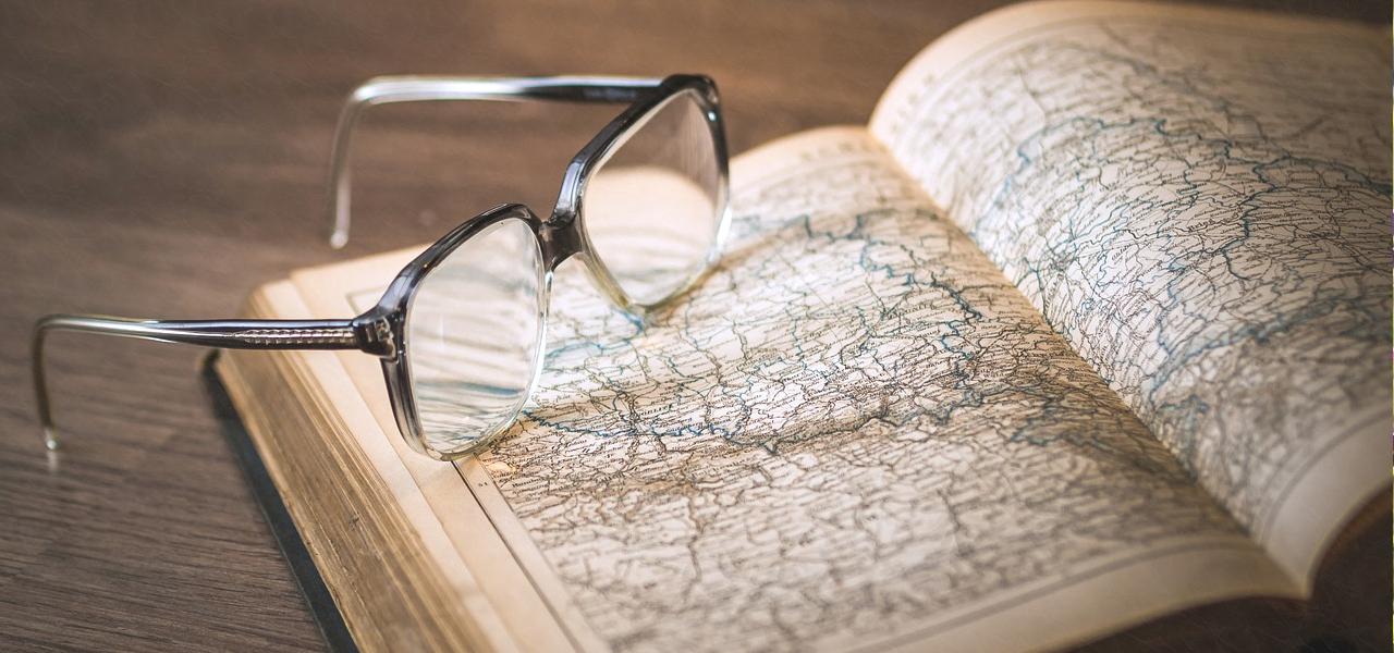 英語で書かれた本と眼鏡