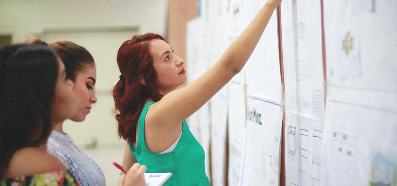 課題を掲示板に張り出している先生