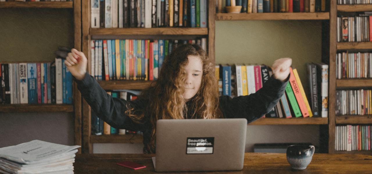 パソコンで勉強をしている大学生の女の子