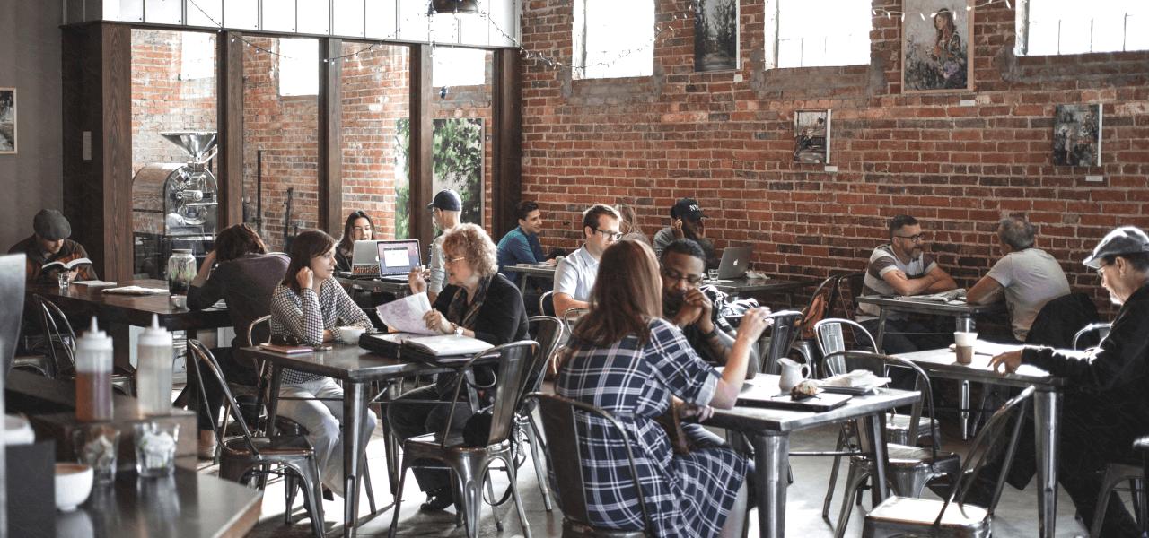 海外のカフェで仕事をする人々