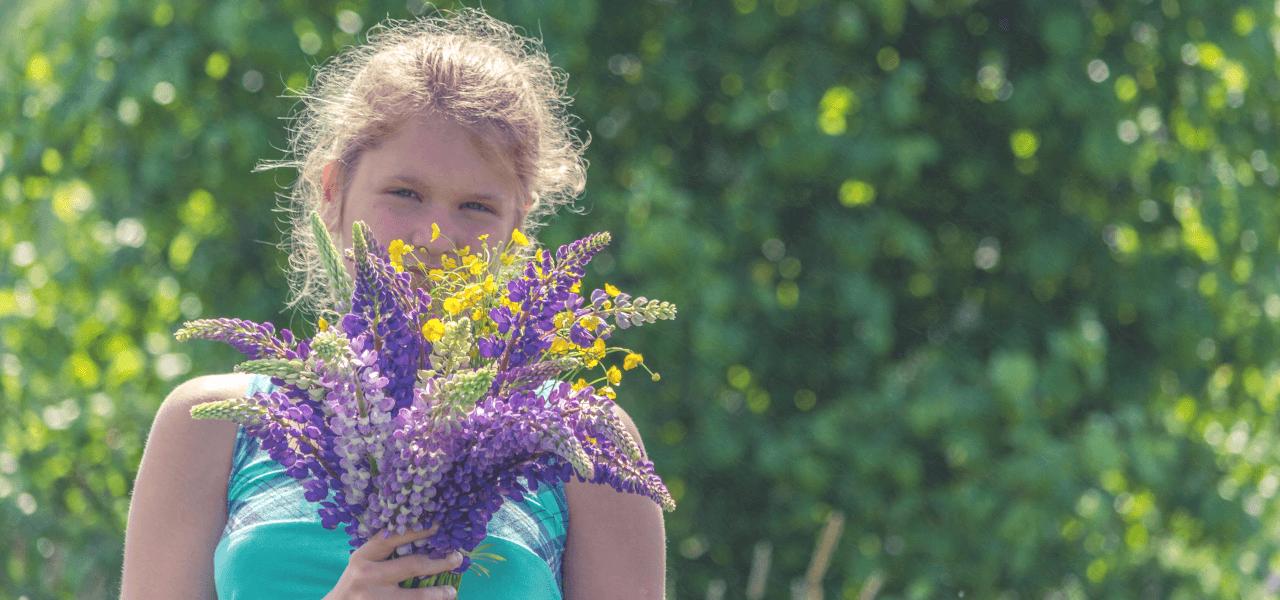 花束を抱えてほほ笑む少女