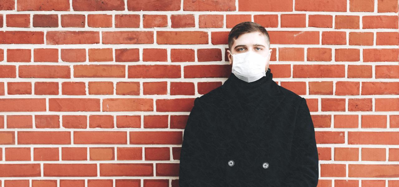 マスクをしている外国人大学生
