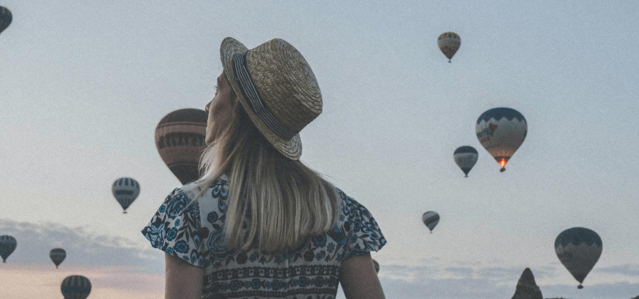 気球を見ながら将来をイメージする海外の大学生