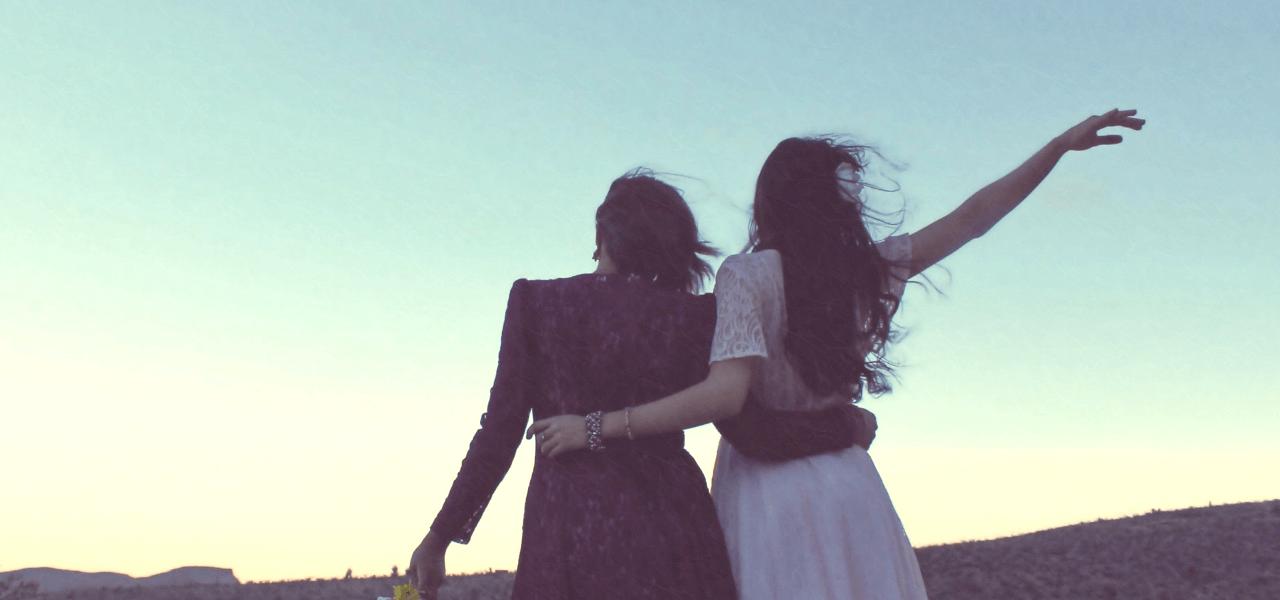 空をみながら将来を語る女性