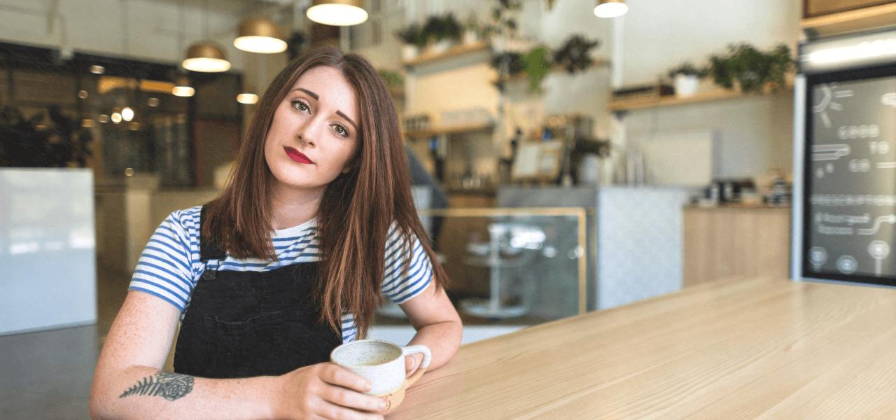 カフェで見つめる女性