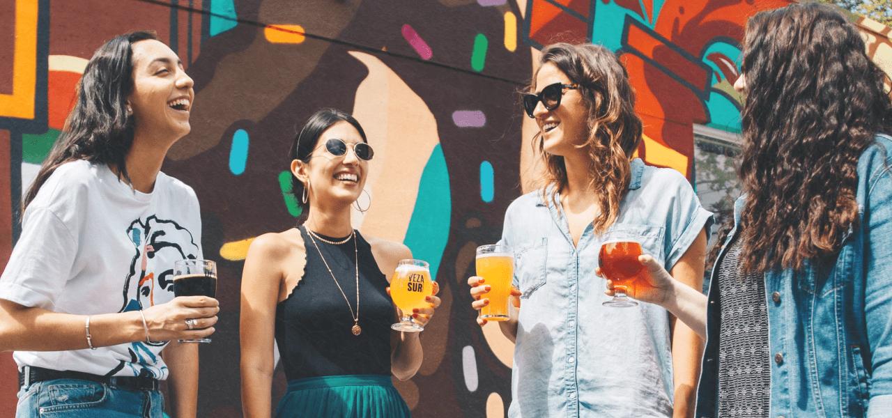 海外の大学生がお酒を飲みながら談笑する様子