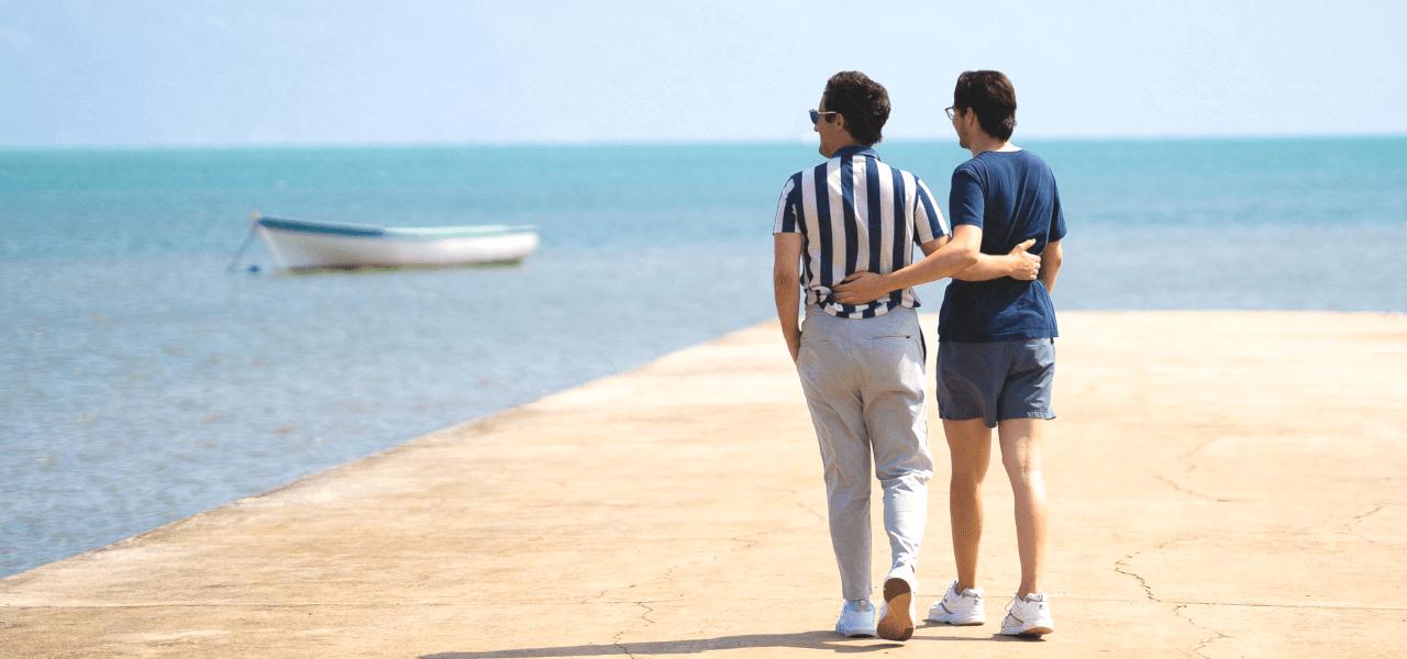 海辺を歩く留学生たち
