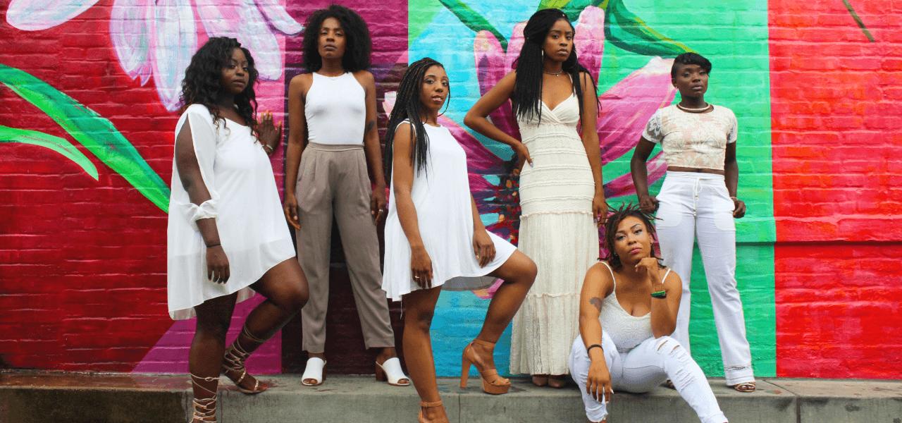 ポーズを決める黒人女性たち