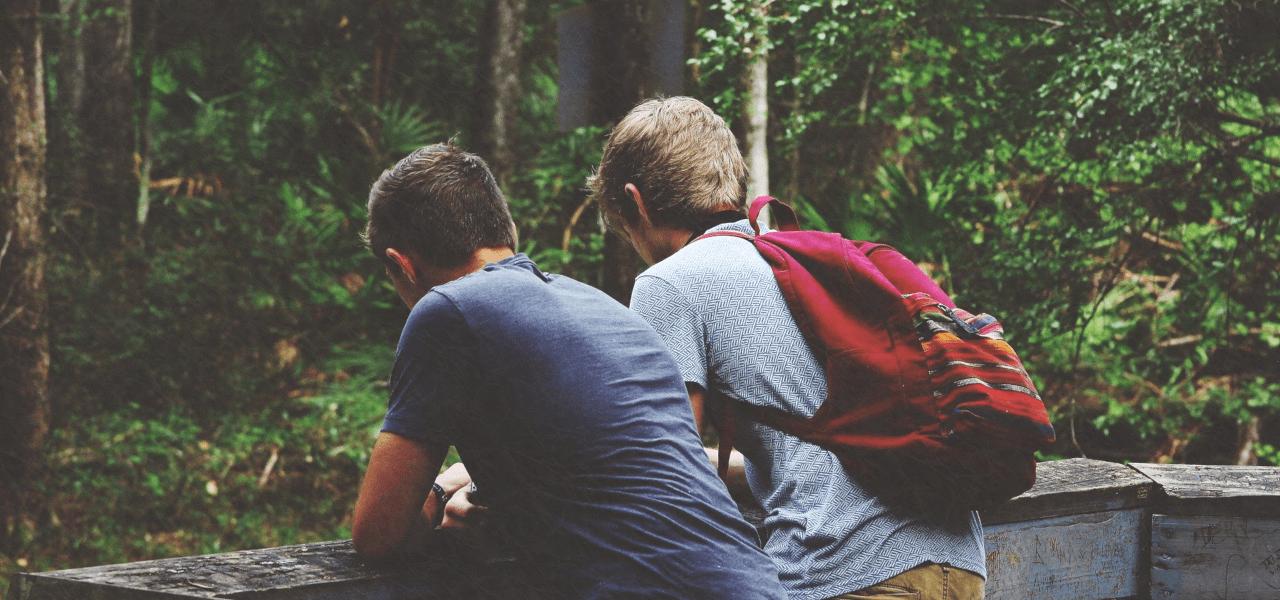 後ろ姿の留学生二人