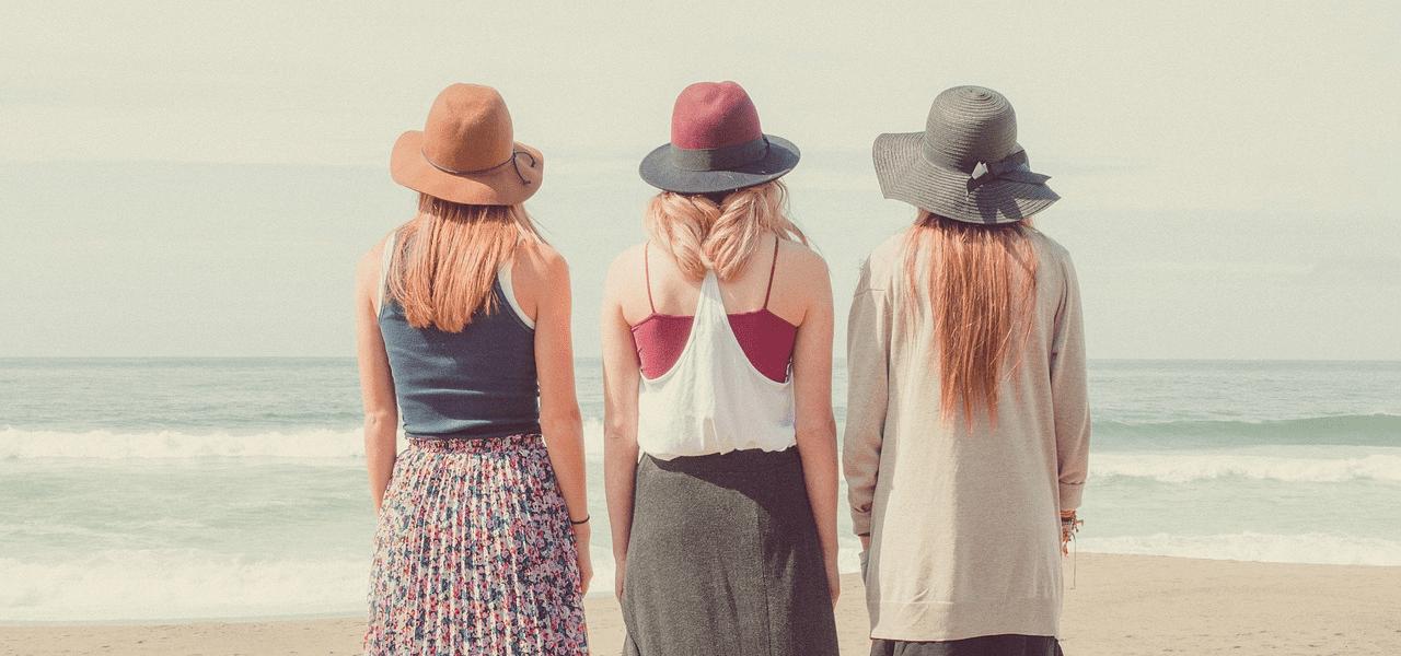 海を眺める3人の女子大生