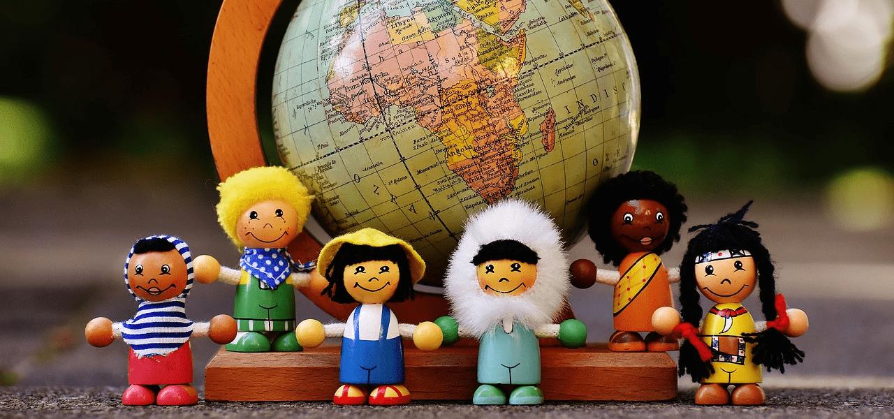 世界中の人々の違文化を示した人形