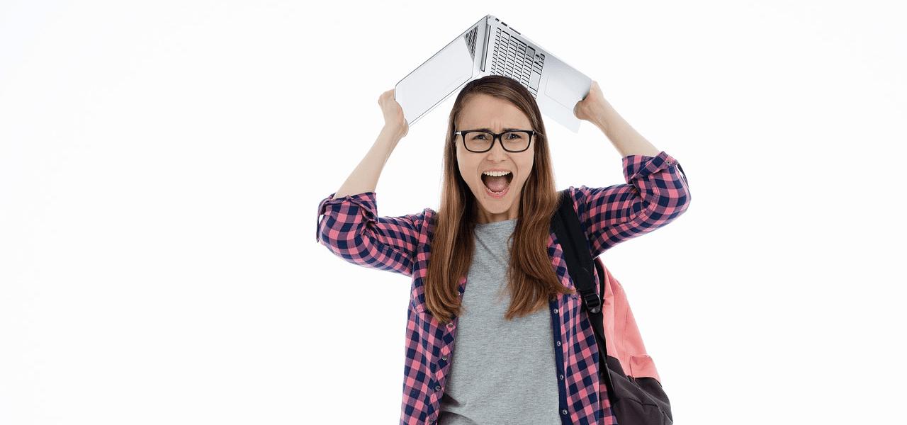 留学のデメリットに嘆く女子学生