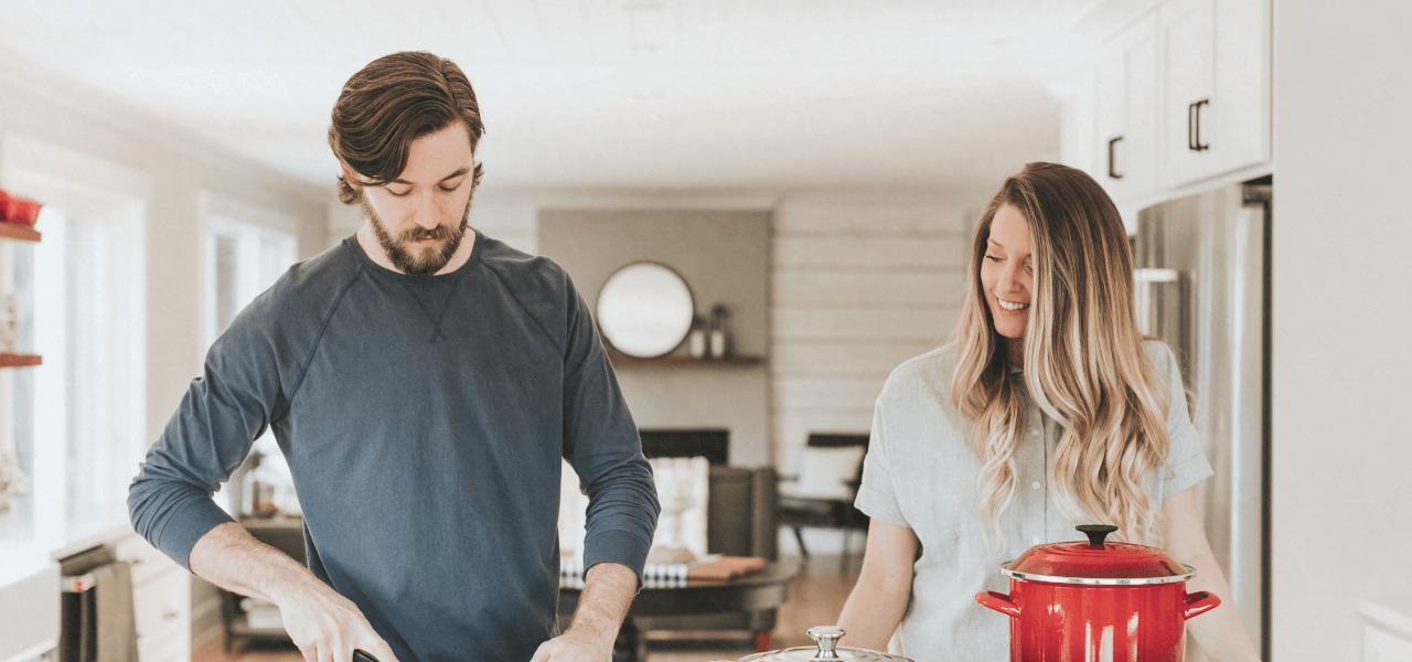 海外のカップルが料理を作っている様子