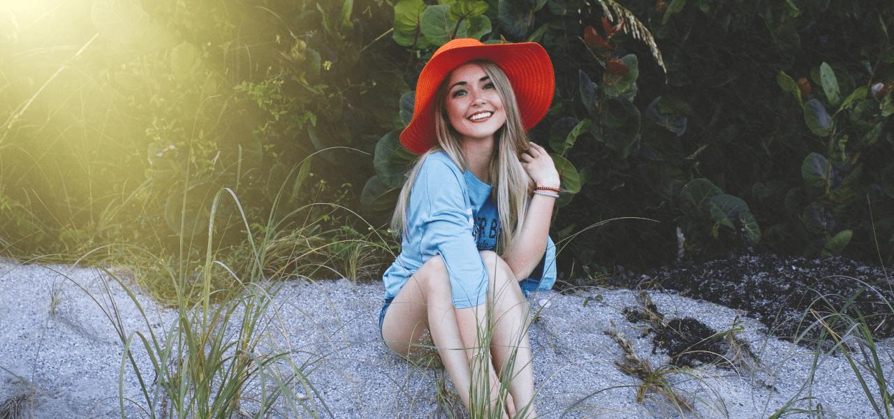 赤い帽子を被って嬉しそうにしている外国の女性