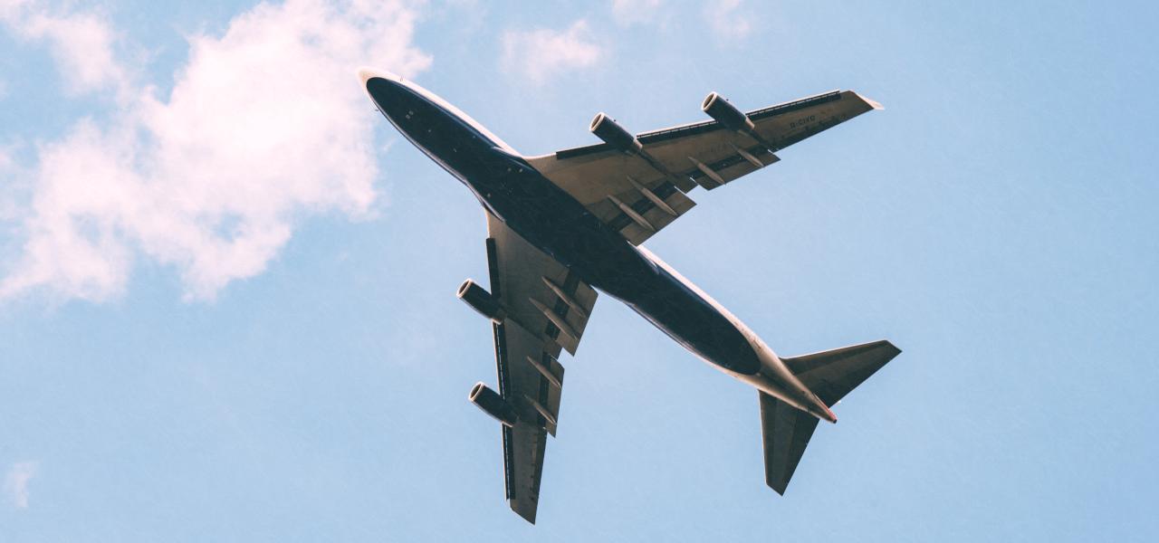 留学する飛行機の写真