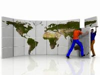 世界地図を背景に海外企業と日本企業での違いを表す