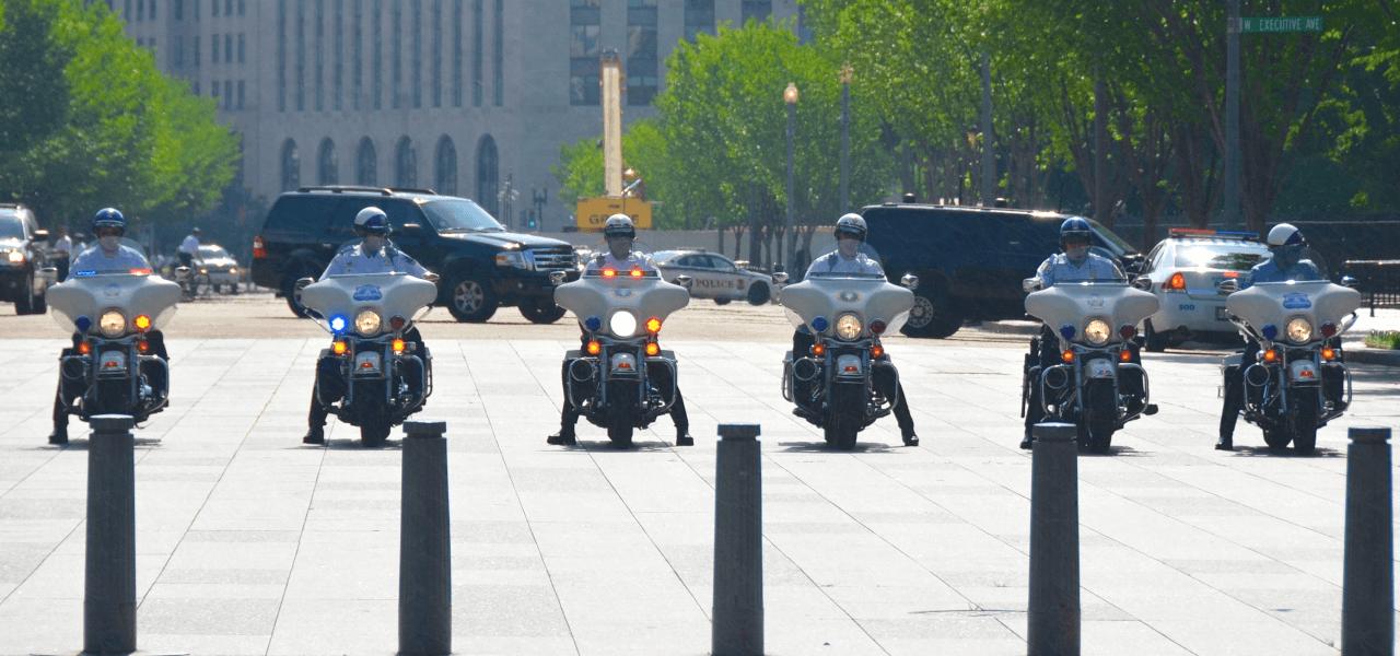 勢ぞろいする海外のバイク警察