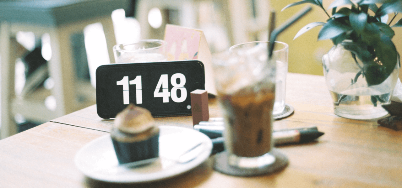 テーブルの上に時間をイメージする時計がおいてある様子