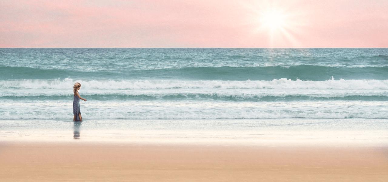 海外の海を楽しむ外国の女性