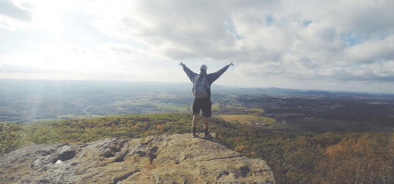 ワーキングホリデーの達成を喜ぶ男性のイメージ