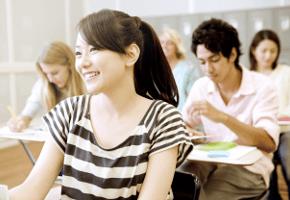 語学学校・専門学校で学ぶ様子